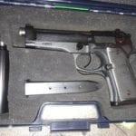 Nascondeva pistole, silenziatore e munizioni: poliziotta della penitanziaria arrestata