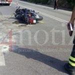 VIDEO – Moto contro auto, incidente sulla Flacca: due centauri feriti