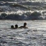 Rischiano di annegare in mare, quattro ragazzini salvati a Latina