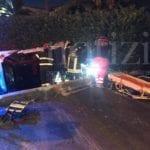 Scontro tra due auto, una vola nel fossato: conducente estratto dai vigili del fuoco