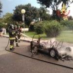 Sabaudia, minicar divorata dalle fiamme (#FOTO)
