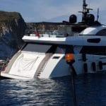 VIDEO – Yacht incastrato tra gli scogli di Ponza: grossi danni alla carena