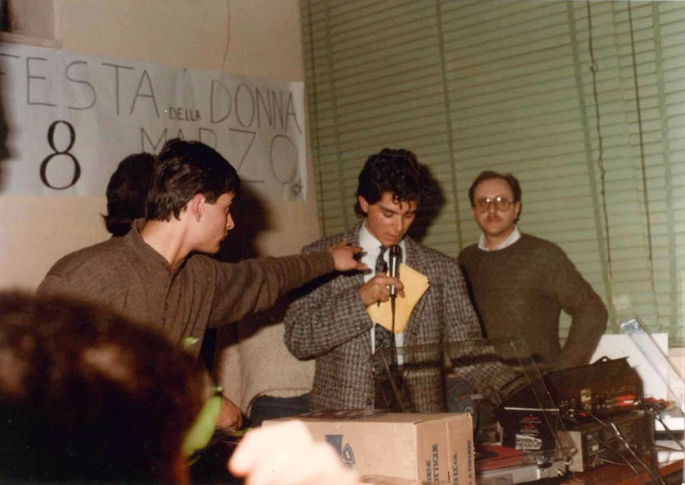 Guglietta Angelo con il microfono e a destra Giavanni Battista de Filippis