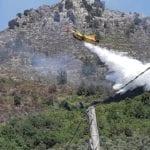 Vasto incendio in montagna, decisivo l'intervento aereo