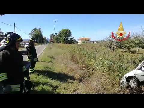 Incidente stradale a Terracina: auto precipita nel canale (#VIDEO)