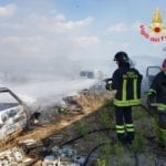 VIDEO – Incendio in campagna, bruciano tre auto abbandonate