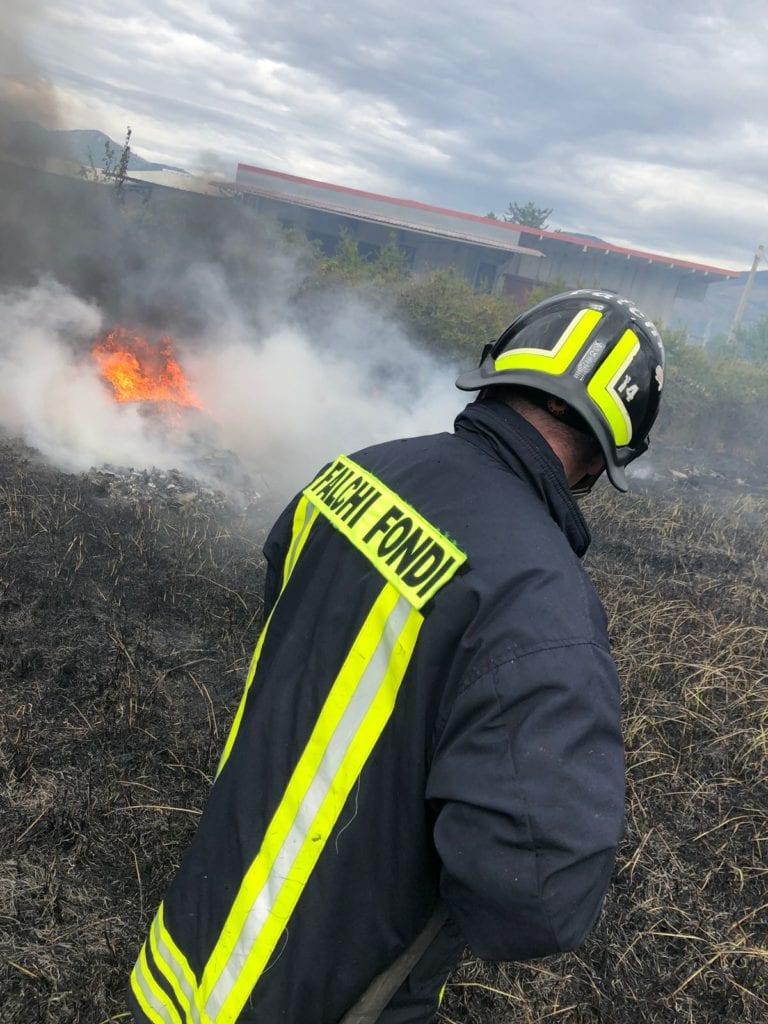 Falchi fuoco incendio Fondi viale Piemonte
