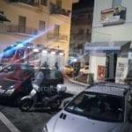 Paura a Formia, incendio in un bar del centro – VIDEO