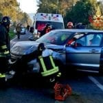 Incidente all'incrocio: due auto coinvolte, tre feriti