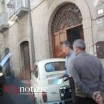 Auto si schianta contro il portone di una casa. L'incidente a Fondi
