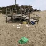 """Plastica in spiaggia, servizi """"fantasma"""" e soste a pagamento: la situazione vista mare"""