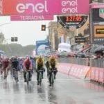 Il Giro d'Italia passa per le strade della provincia, 140 km sotto la pioggia #FOTO #VIDEO