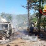Camion ed escavatore in fiamme a Monte San Biagio nelle prime ore del mattino