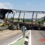 Paura sull'Appia: camion di un'azienda di Itri avvolto dalle fiamme
