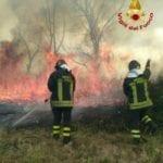 Una provincia a fuoco: oltre 30 incendi in un giorno