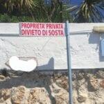 'Proprietà privata – Divieto di sosta', l'avviso parla chiaro, ma si tratta(va) di un cartello stradale
