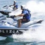 Anziana turista rischia di annegare, salvata dai poliziotti in moto d'acqua