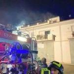 Tetto a fuoco, paura a Fondi: palazzo evacuato