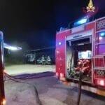 Incendio distrugge un mezzo pesante e una macchina. Paura per un serbatoio Gpl da mille litri