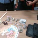 Lancia droga e soldi dall'auto, 18enne arrestato a Sezze