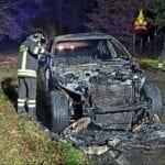 Auto distrutta dalle fiamme a Cisterna