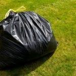 'Immortalato' dalla fototrappola mentre getta un sacchetto in strada: prime sanzioni a Fossignano