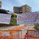 """""""Parassiti, jatevenne!"""": i residenti 'prigionieri' della palazzina chiedono le dimissioni dell'amministrazione"""