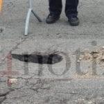 Il manto stradale cede, si apre un buco in via Vitruvio