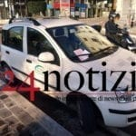 """""""Servizi ambientali"""", l'auto di fronte al Comune ma in divieto di sosta, scatta la multa #FOTO"""