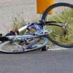 Incidente a Latina, ciclista travolto e ferito gravemente: caccia all'investitore