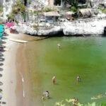Il mare davanti alla spiaggetta di Cala Feola si è colorato di giallo