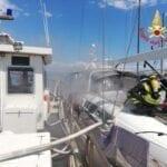 Imbarcazione in fiamme alla 'Flavio Gioia': vigili del fuoco sul posto (#VIDEO)