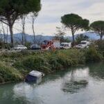 Auto finisce nel canale dopo uno scontro: grave incidente sulla via Appia