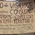 """Giornata contro la violenza sulle donne, lo striscione a Formia """"riaprire i consultori"""""""
