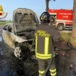 Latina, auto in fiamme a bordo strada: intervengono i Vigili del Fuoco