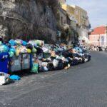 Isola invasa dai rifiuti, la situazione è sempre più pesante